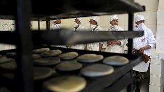 La huelga de panaderos en Bolivia pone a los militares manos a la masa