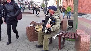 Уличный музыкант создает настроение людям! Sity! Street! Music!  Busker!