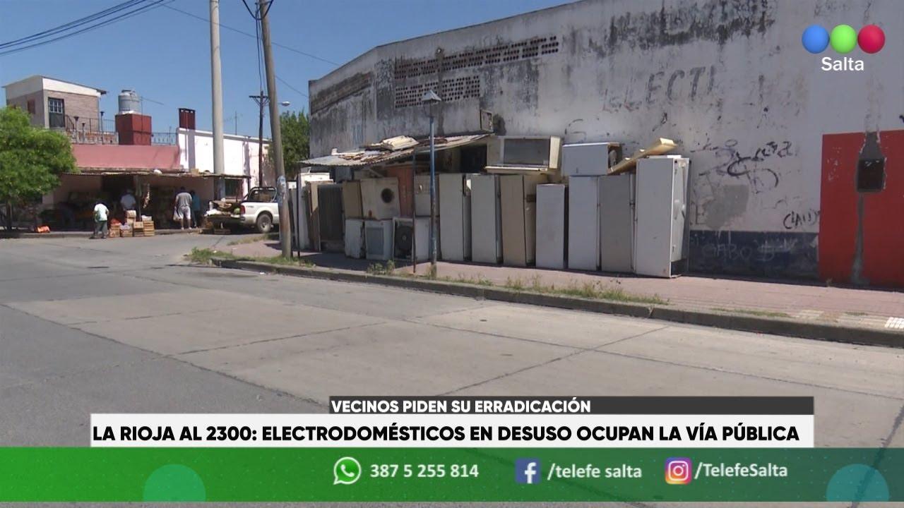 La Rioja al 2300: electrodomésticos en desuso ocupan la vía pública. Vecinos piden su erradicación
