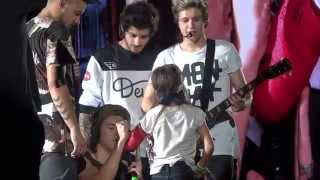 One Direction Signs Girls Cast in Chicago 8-30