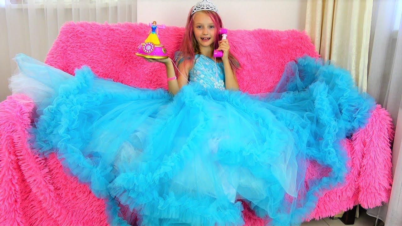 Полина в красивом платье принцессы идет на бал