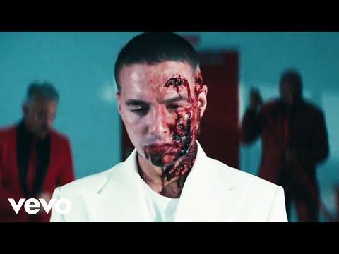 """J Balvin morre em videoclipe de """"Rojo"""" após se distrair com celular enquanto dirigia!"""