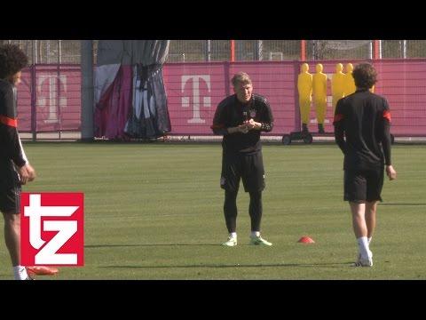 Thomas Mller macht sich ber Bastian Schweinsteiger lustig - FC Bayern Abschlusstraining vor Porto