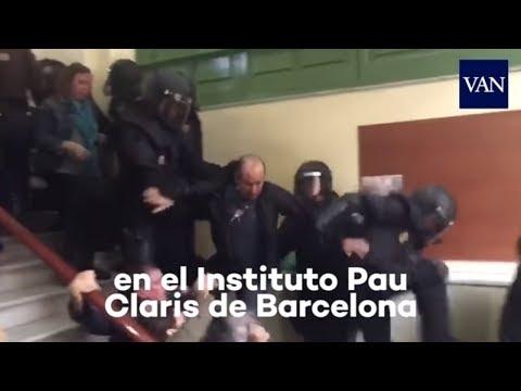 Referéndum Cataluña: Patada voladora de un Policía Nacional