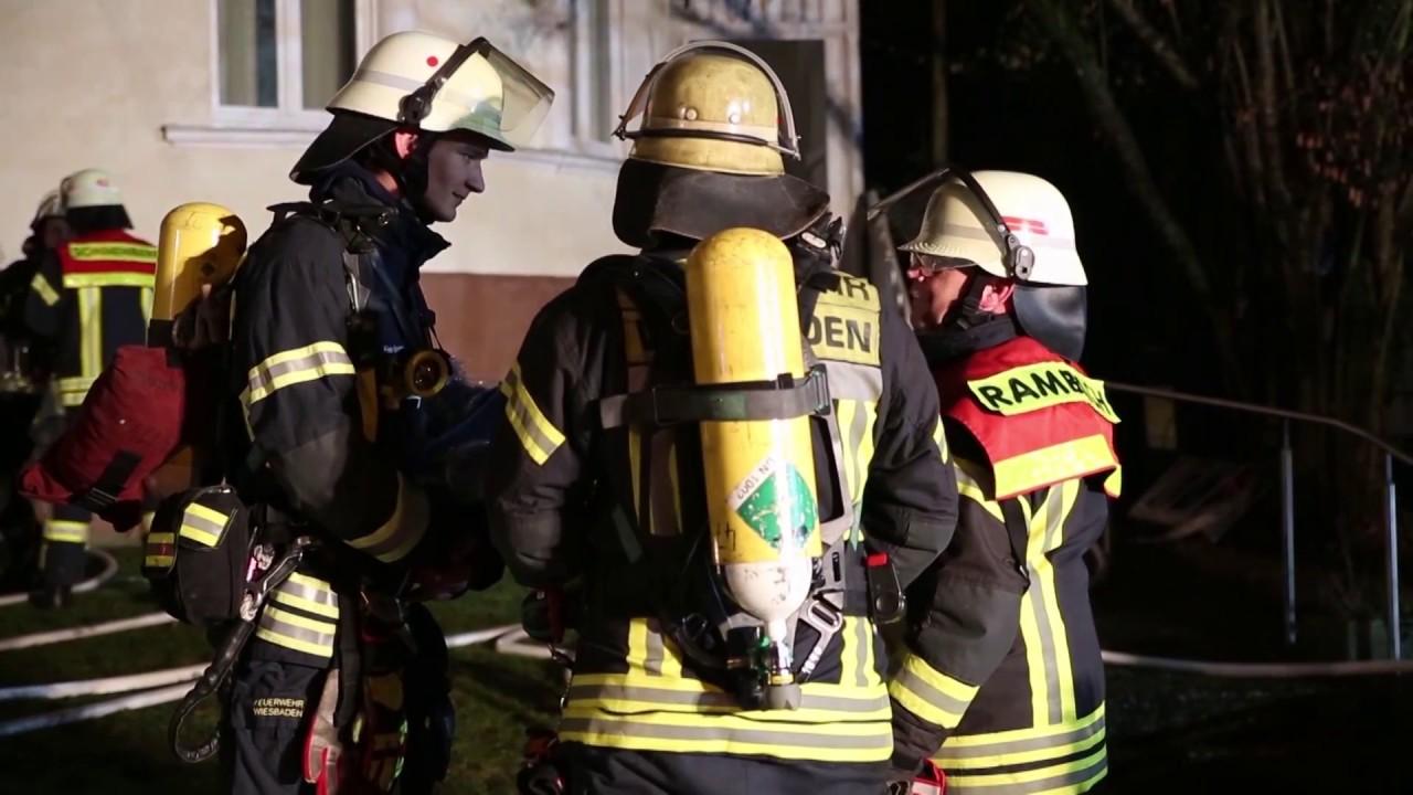 Brennender Weihnachtsbaum zerstört Wohnung – Zwei Verletzte gerettet
