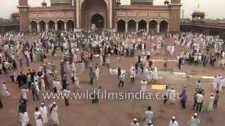 Time-lapse of people getting out of Jama Masjid mosque in Delhi