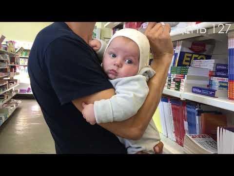 Папа и новорожденный в книжном магазине.