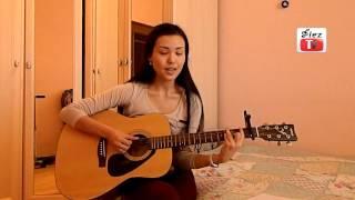 Казашка суперски играет и поет под гитару