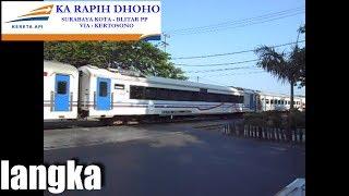 Kereta api rapih dhoho membawa k1 16 eksekutif perlintasan kereta api kota surabaya jawa timur