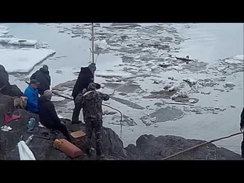 Рыбалка на Паук, со скалы, Ранней весной в ледоход, Река Амур ...