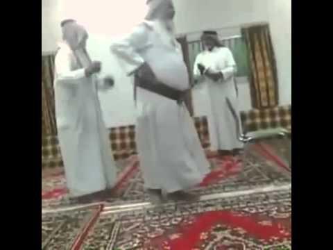 شياب يرقصون على اغنية مغربية thumbnail