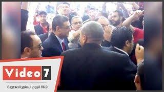 لحظة وصول محمود طاهر وسط ترحيب من أنصاره إلى النادى الأهلى