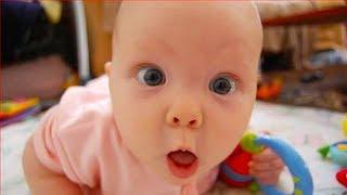 Les bébés drôles et les échecs d'enfant en bas âge