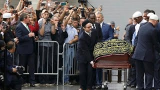 الآلاف يصلون الجنازة على جثمان محمد علي