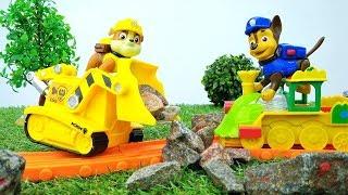 Paw Patrol em Português. Um trem de brinquedo precisa de ajuda.