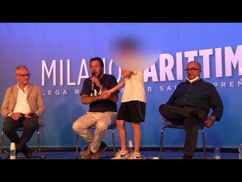 """Cervia, Matteo Salvini invita un ragazzino sul palco: """"Se vuoi puoi togliere la mascherina"""""""