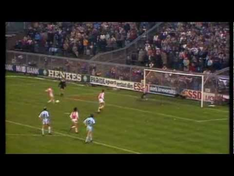 Johan Cruijff scoort strafschop na één-tweetje (1982).