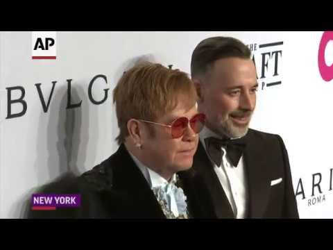 Elton defends transgender rights Mp3