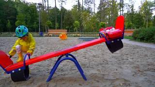 Забавные игры с McQueen на детской площадке.Funny games with Lightning McQueen on the playground.