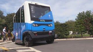Bruselas prueba en la universidad su primer autobús eléctrico sin conductor