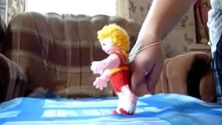Шагающая кукла, вязанная крючком