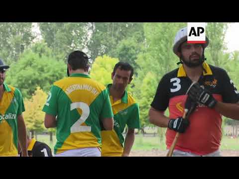 Tourists learn polo from the professionals