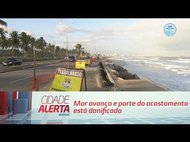 Mar avança e parte do acostamento está danificado no Pontal da Barra