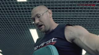 Вариант упражнения на плечи. Разведение гантелей