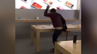 Gambar cover Angry Customer SMASHES Apple Store (VIDEO)