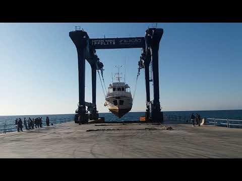 Sollevare barca con gru in cantiere - Working yacht shipyard