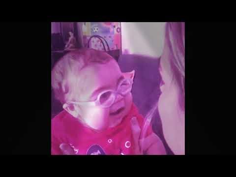 Tente não rir  bebê gargalhando  bebê de óculos  irmãos sapecas  idade sapeca