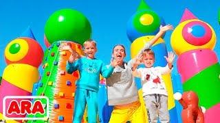 فلاد ونيكيتا في أكبر منزل منفوخ في العالم للأطفال