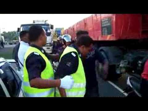 Polisi malaysia di tantang sama keturunan...