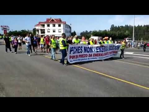 Os traballadores de Alcoa cortan a N-642 en protesta polo prezo da enerxía