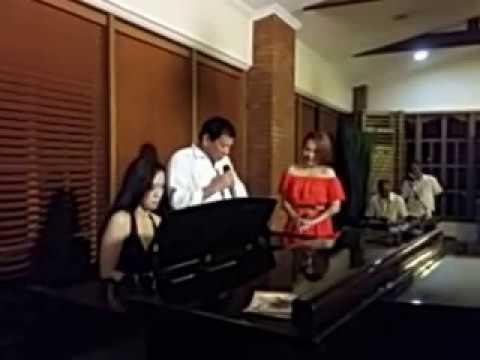 Philippine President Duterte sings Ikaw Malacañang