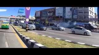 เด็กนักเรียนตีกันมีปาระเบิดบริเวณป้ายรถเมล์ตลาดเอี่ยมสมบัติ10/6/58