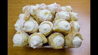 Трубочки со взбитыми сливками. Conos de hojaldre con nata montada.