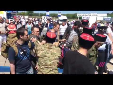 На ведущего Дождя Артема Торчинского и Алексея Навального напали в Анапе