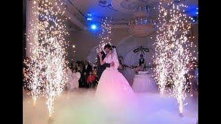 Свадьбе красивая девушка танцует с фейерверком