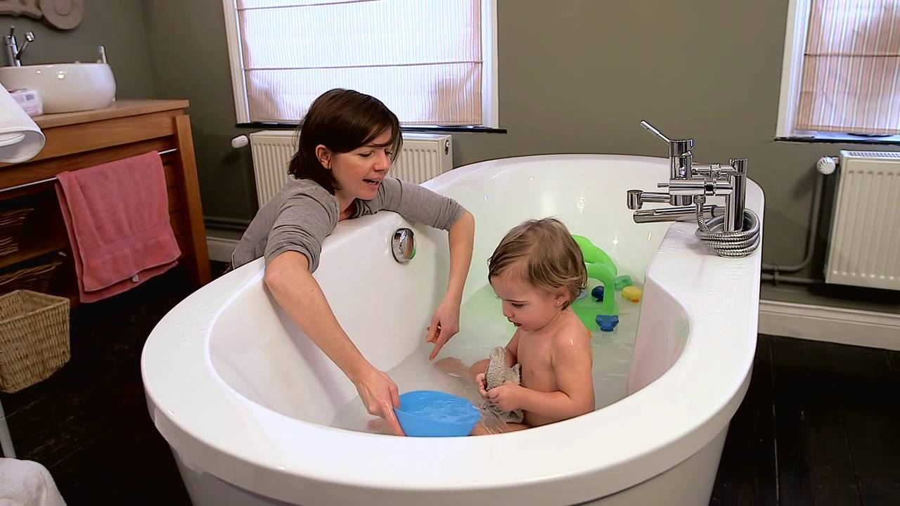 le bain et le shampooing de b b cap petite enfance youtube. Black Bedroom Furniture Sets. Home Design Ideas