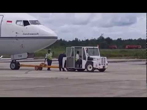 TRAVIRA AIR PUSHBACK REPOTITION BOEING 737-500 DOMINE EDUARD OSOK SORONG AIRPORT