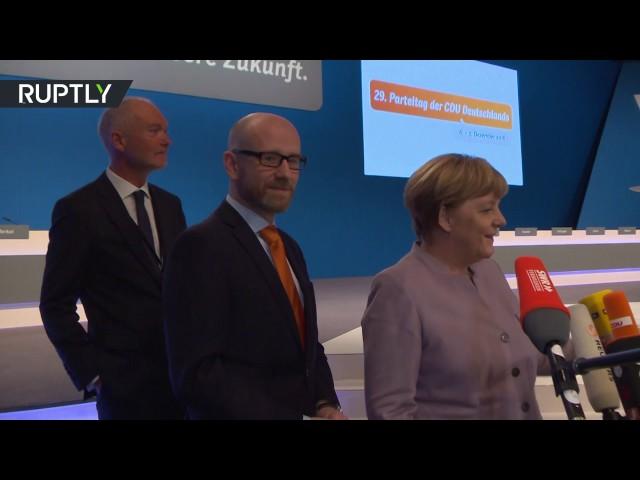 Merkel press statement interrupted by 360 degree camera (English subtitles)