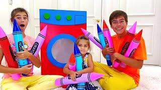 Nastya und Artem tun so als ob sie mit einer Spielzeug Waschmaschine spielen