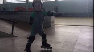 Как дети в 3 года осваивают скейтпарк. Школа катания на роликах Роллер-Омск
