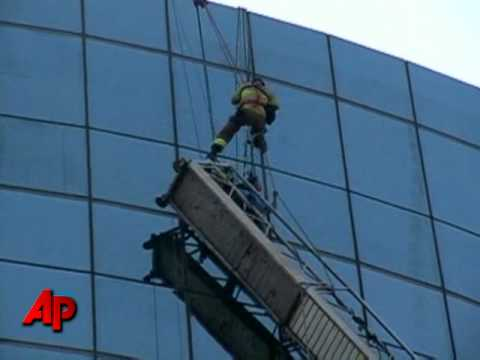 Raw Video Window Washers Rescued From High Rise