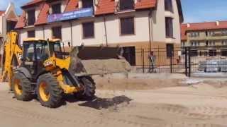 Трактор - экскаватор JCB 4CX отсыпка дороги песком в Калининграде