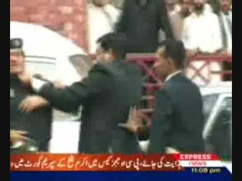 lawyers beating police in pakistan
