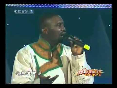 Pria Negro Nyanyi Lagu Mandarin