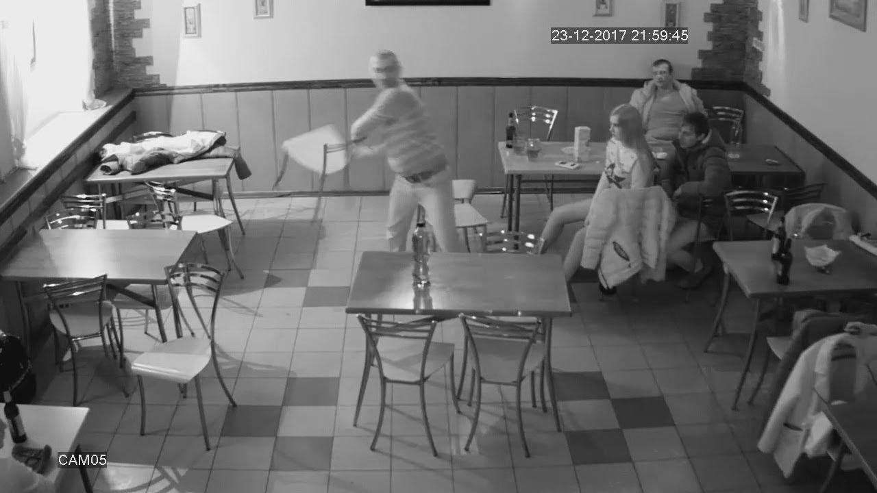 упоротый посетитель в кафе швырнул металлические стулья в девушек
