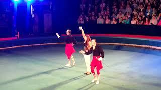 Фехтовальщики на арене цирка Радуга